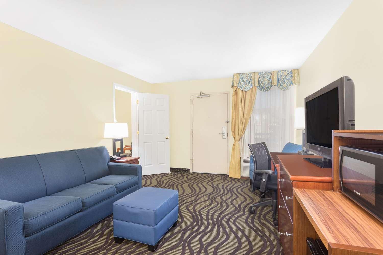 Suite - Baymont Inn & Suites Midtown Savannah