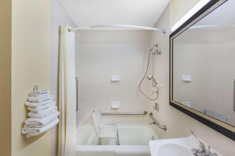 Room - Days Inn Uvalde