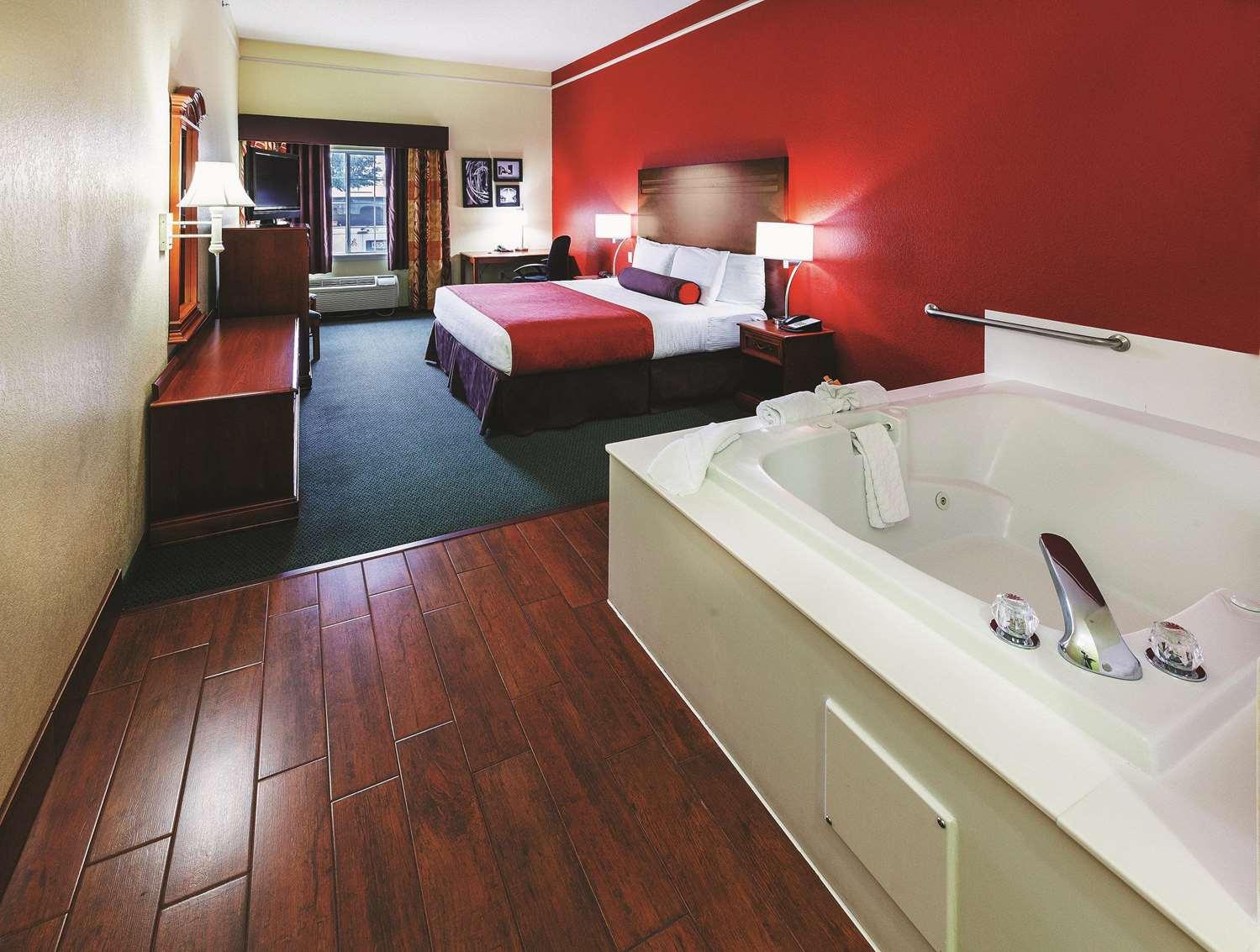 Room - La Quinta Inn & Suites Weatherford