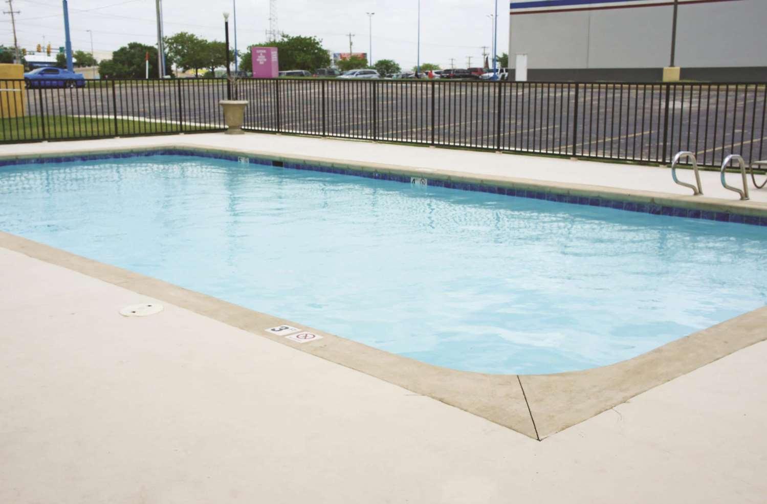 Pool - La Quinta Inn & Suites Central Tulsa
