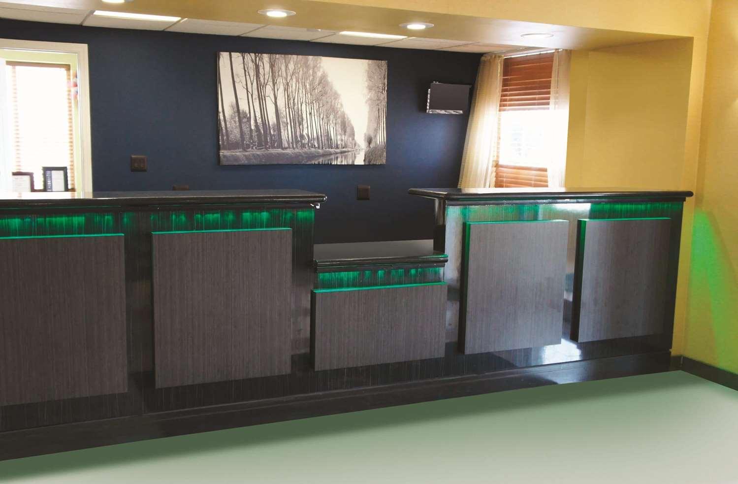 Lobby - La Quinta Inn & Suites Central Tulsa