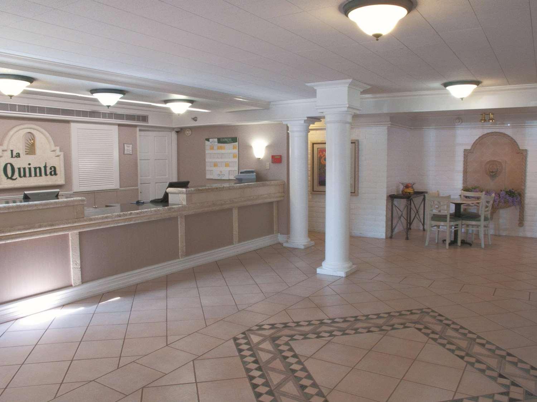 Lobby - La Quinta Inn Bakersfield