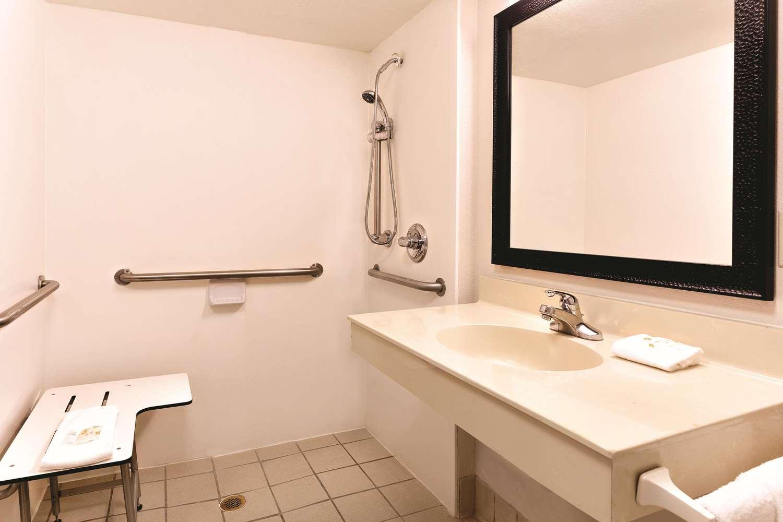 Room - La Quinta Inn Airport North Miami