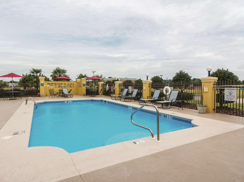 Pool - La Quinta Inn & Suites Prattville