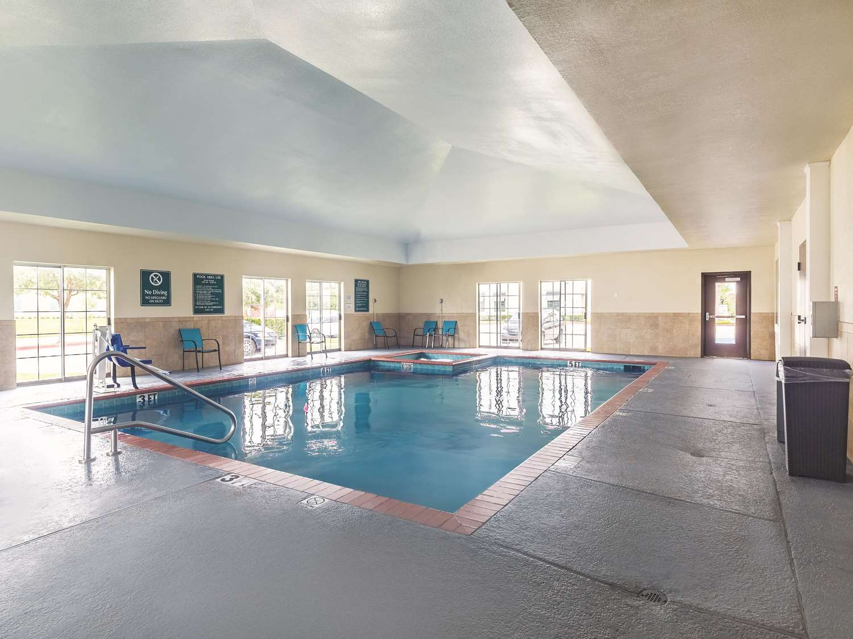 Pool - La Quinta Inn & Suites Webster