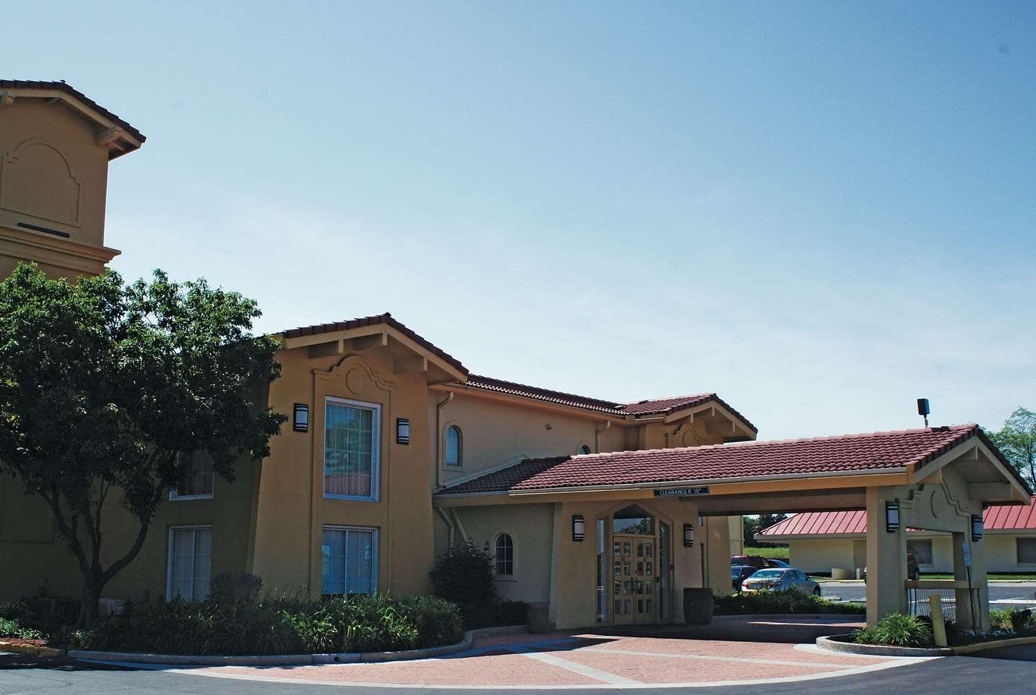 Exterior view - La Quinta Inn Lenexa