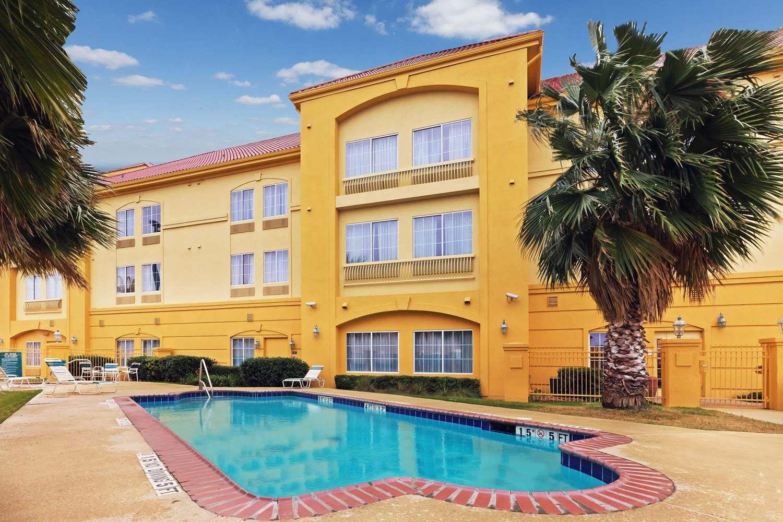 Pool - La Quinta Inn & Suites Seguin