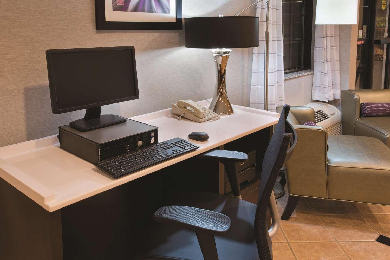 Conference Area - La Quinta Inn & Suites Delafield