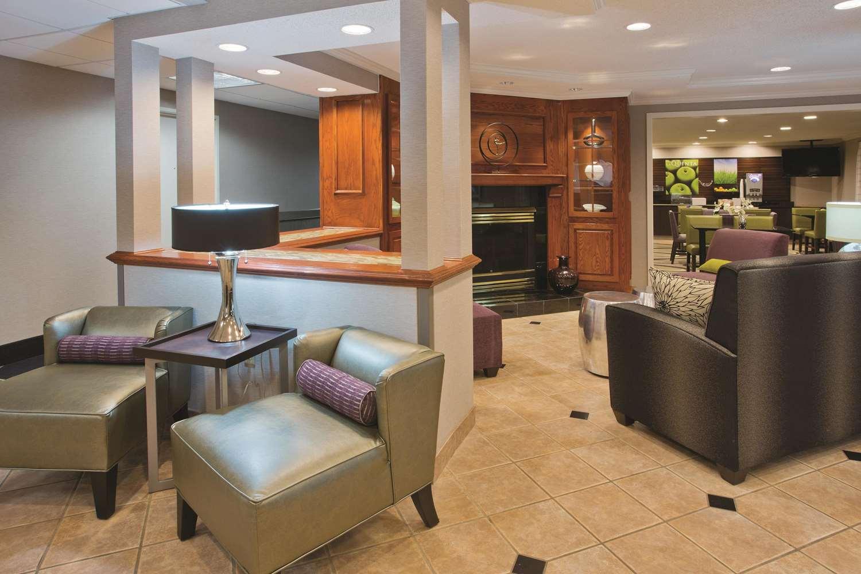 Lobby - La Quinta Inn & Suites Delafield
