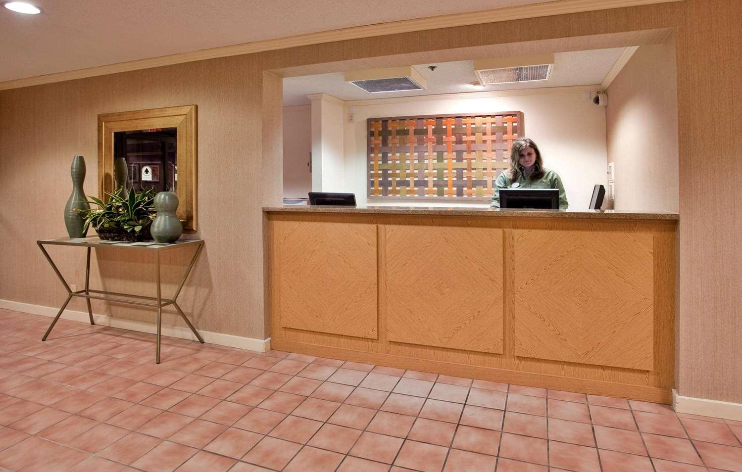 Lobby - La Quinta Inn West Clive