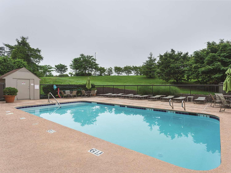 Pool - La Quinta Inn & Suites Airport Linthicum