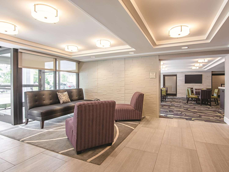 Lobby - La Quinta Inn & Suites Portland