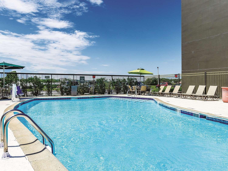 Pool - La Quinta Inn & Suites Warwick