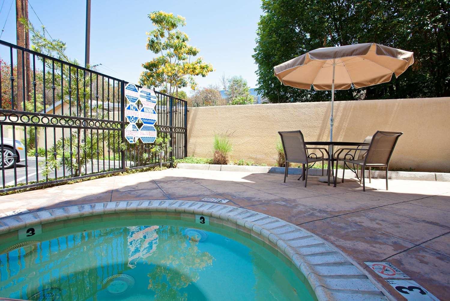 Pool - La Quinta Inn & Suites Hawaiian Gardens
