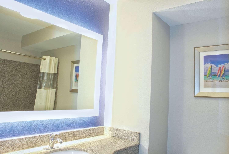 Room - La Quinta Inn & Suites Hawaiian Gardens