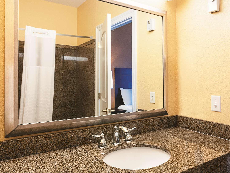 Room - La Quinta Inn & Suites Slidell
