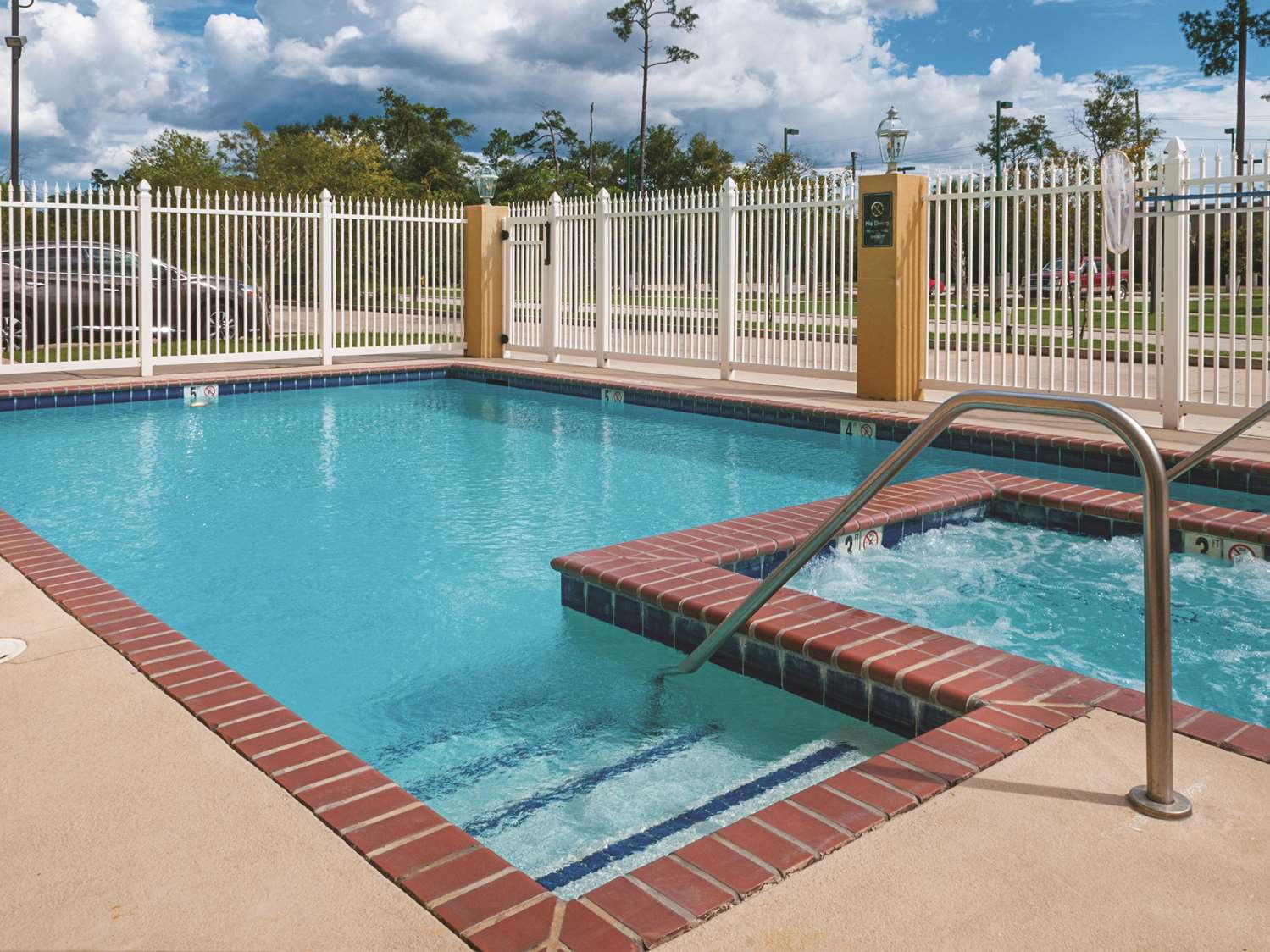 Pool - La Quinta Inn & Suites Slidell