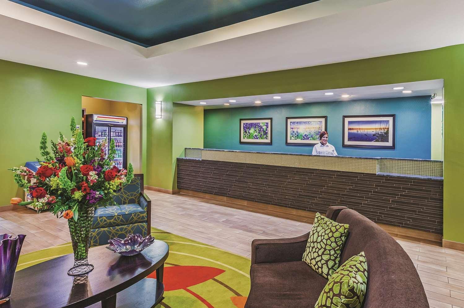 Lobby - La Quinta Inn & Suites Paris