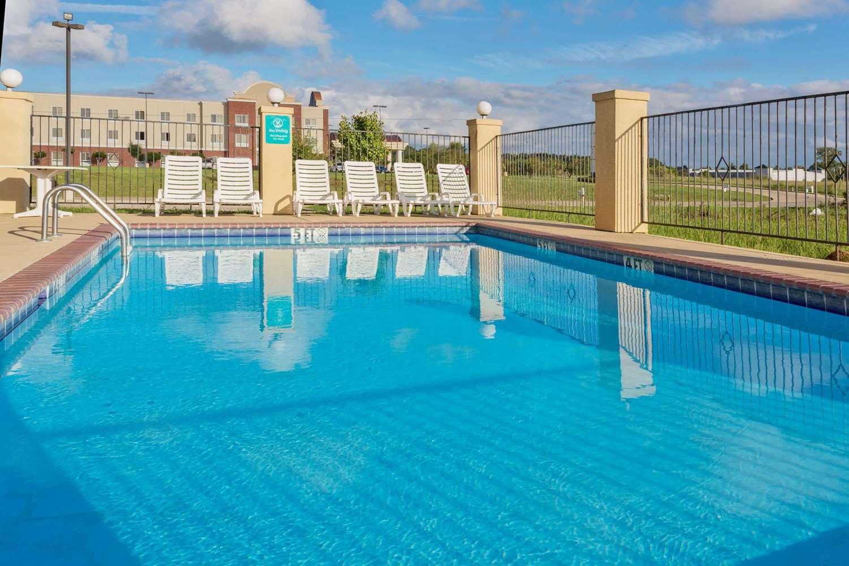 Pool - La Quinta Inn & Suites Canton