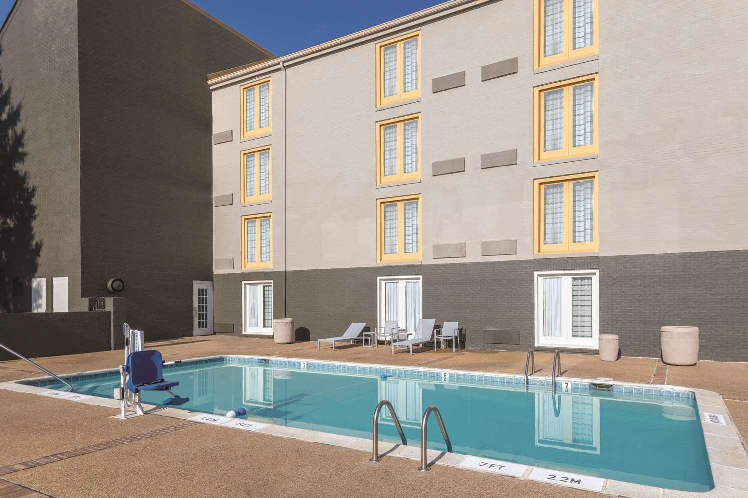 Pool - La Quinta Inn & Suites College Park