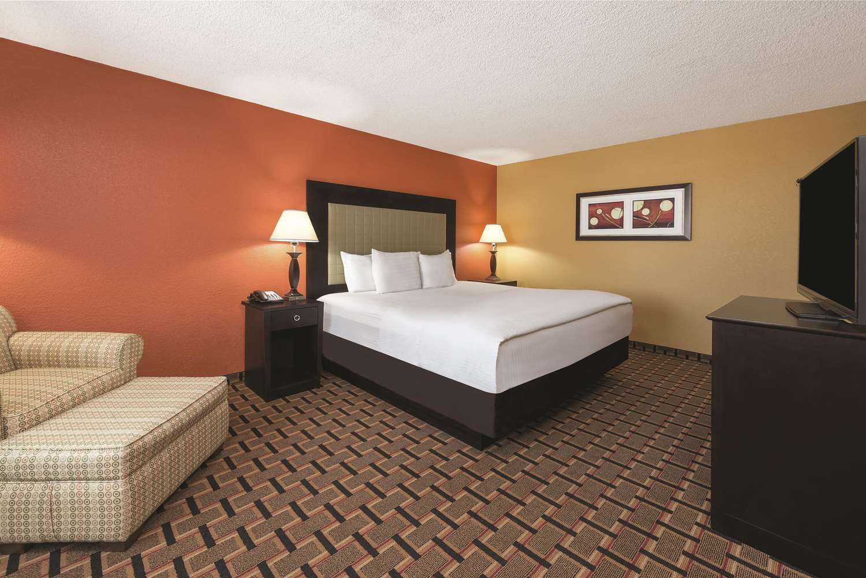 Room - La Quinta Inn & Suites Joplin