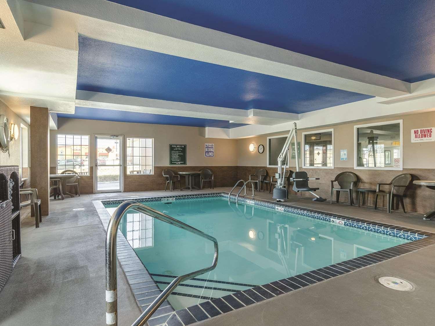 Pool - La Quinta Inn & Suites Airport Kansas City