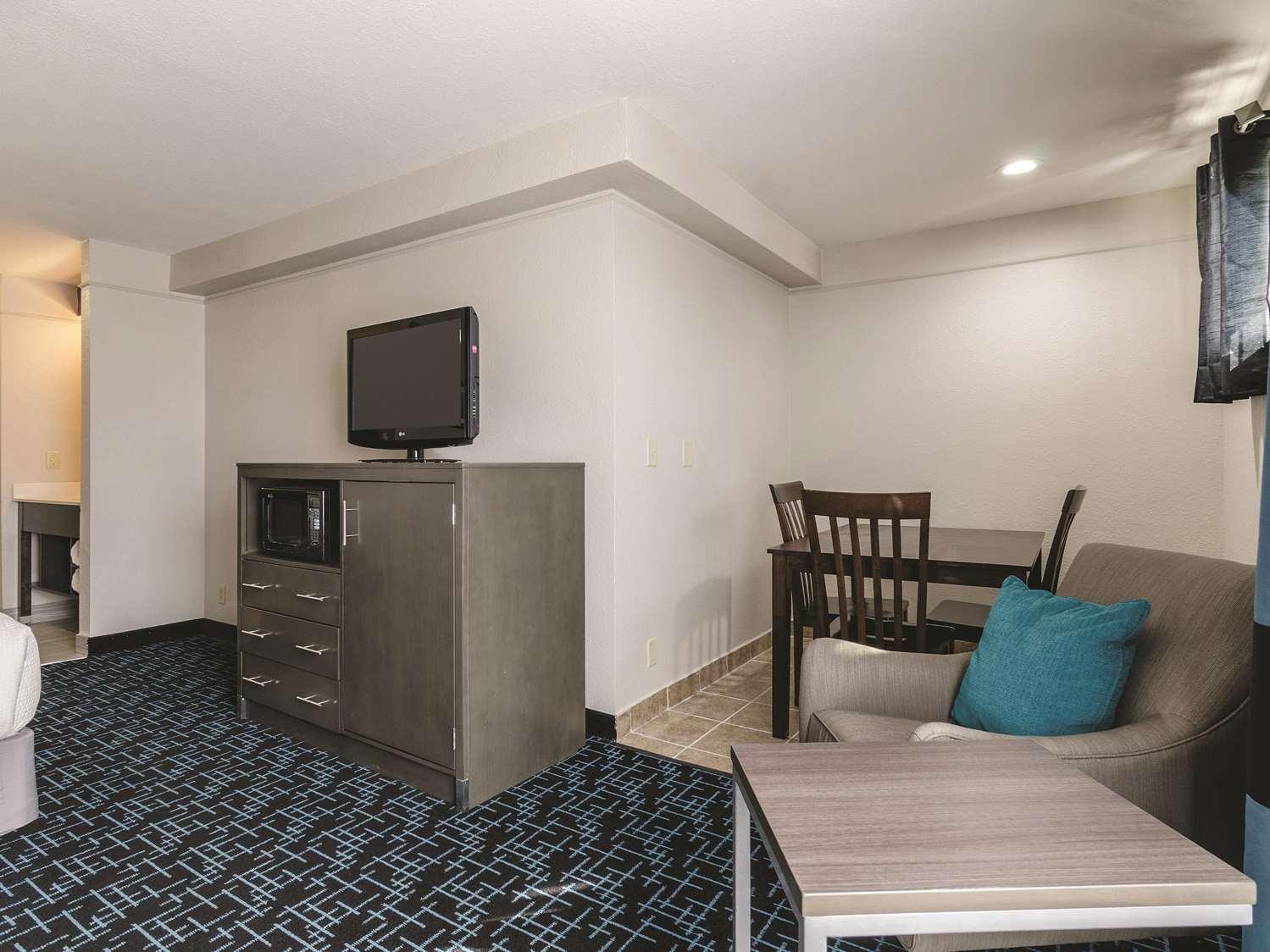 Room - La Quinta Inn & Suites Airport Kansas City