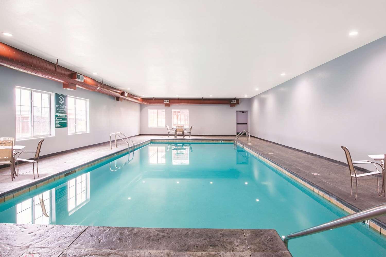Pool - La Quinta Inn & Suites Airport Tulsa