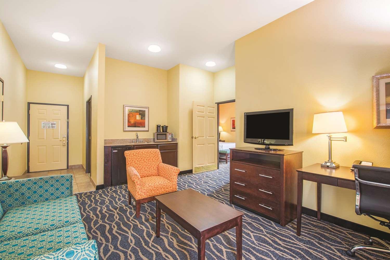 Suite - La Quinta Inn & Suites Airport Tulsa