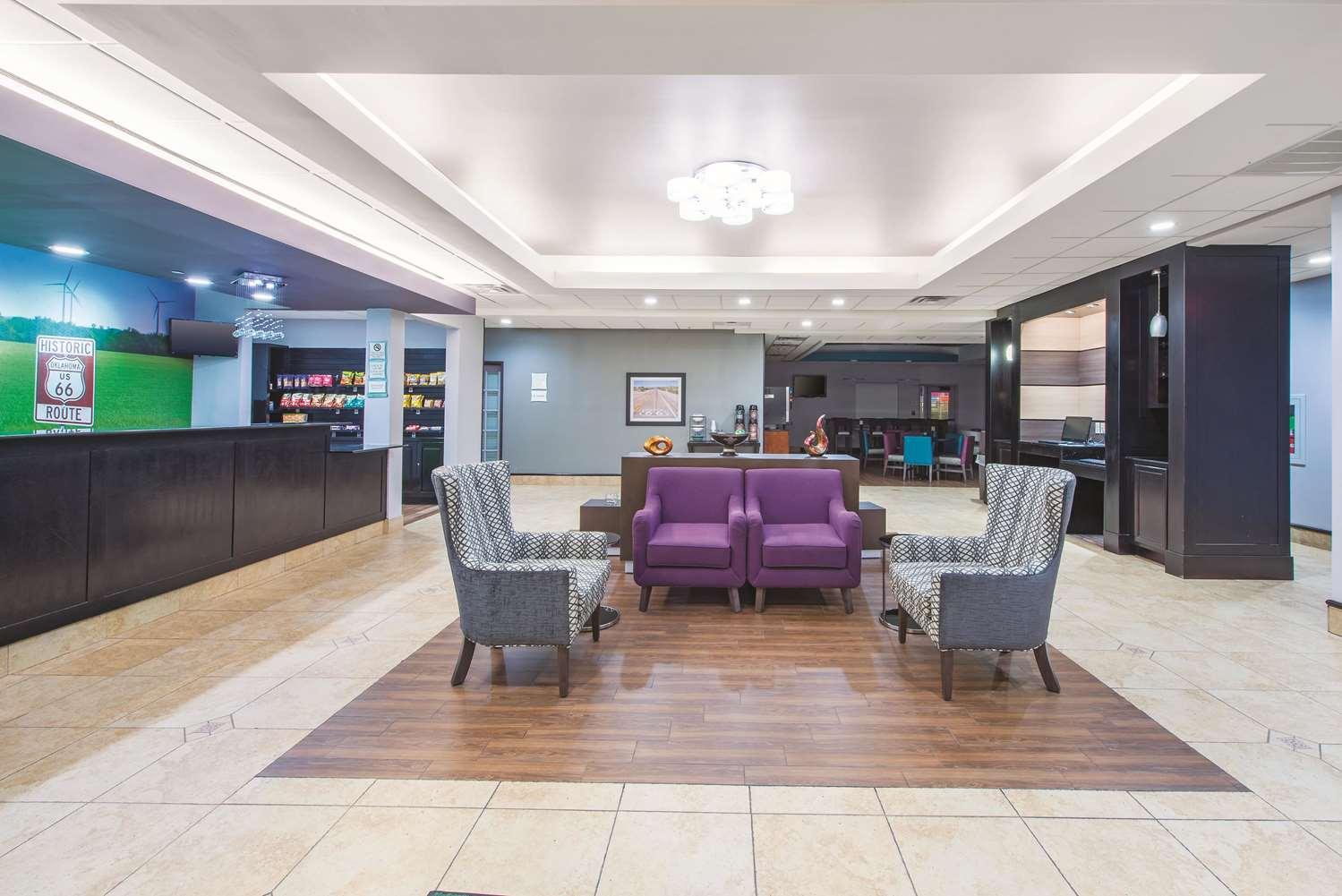 Lobby - La Quinta Inn & Suites Airport Tulsa