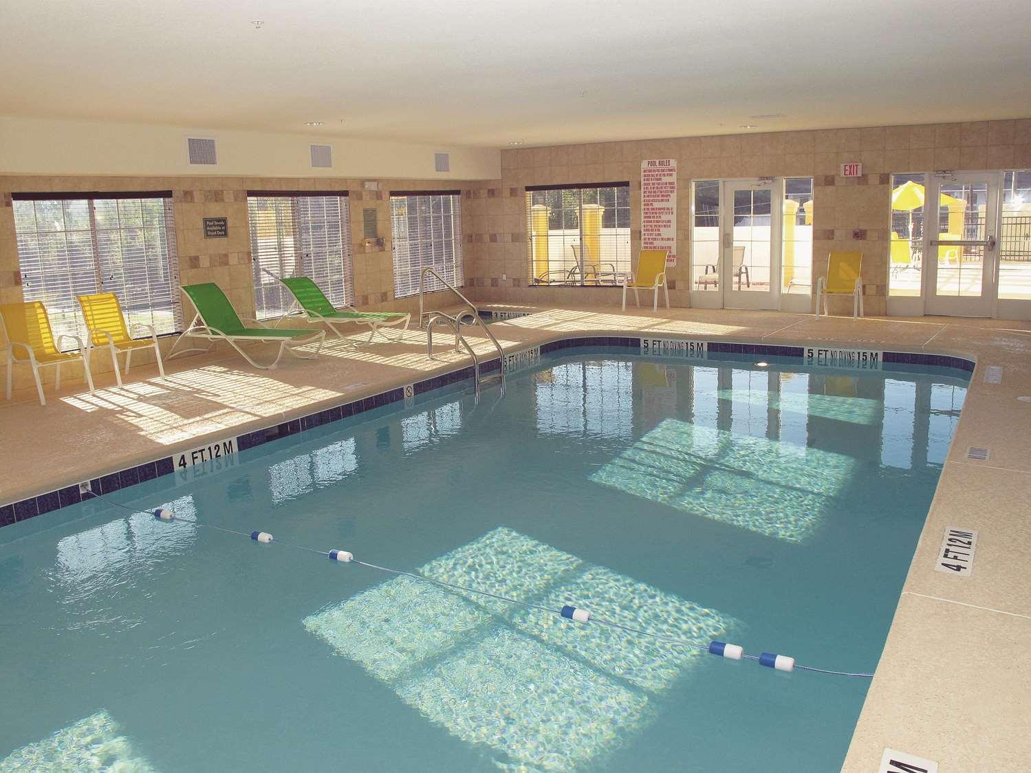 Pool - La Quinta Inn & Suites West Macon