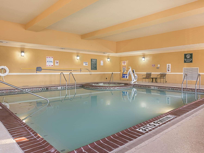 Pool - La Quinta Inn & Suites Mt Pleasant