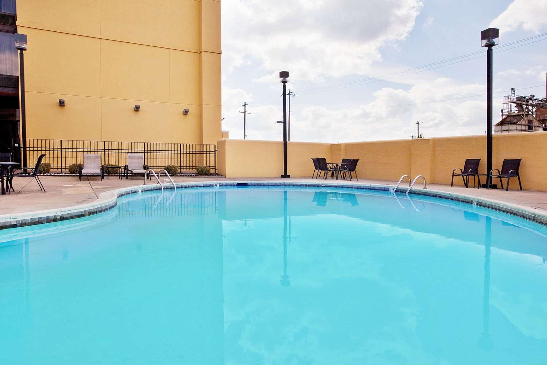 Pool - La Quinta Inn & Suites Memphis