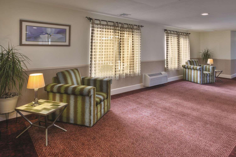 Lobby - La Quinta Inn & Suites Danbury