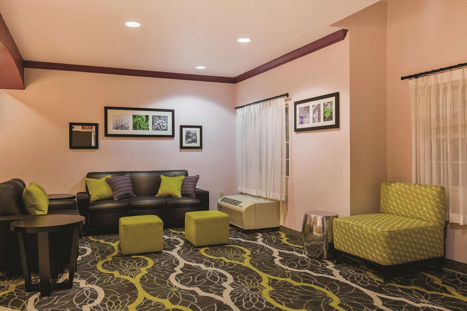 Lobby - La Quinta Inn & Suites Tulare