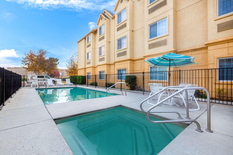 Pool - La Quinta Inn & Suites Tulare