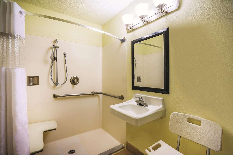 Room - La Quinta Inn & Suites Glen Burnie