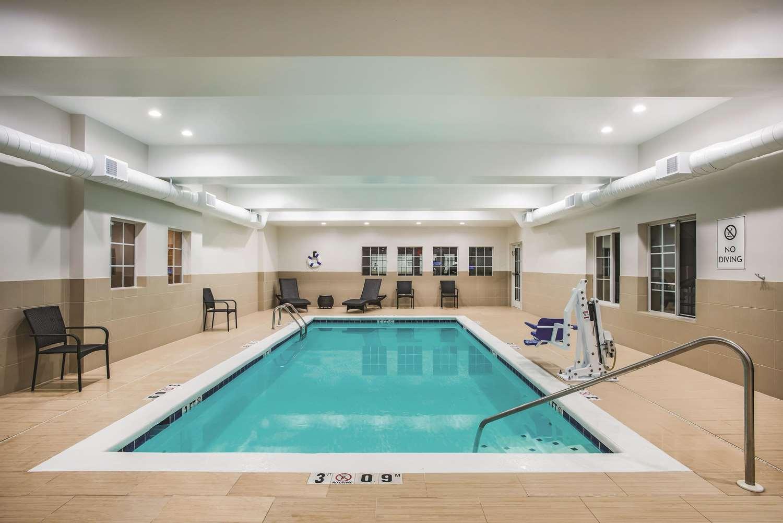 Pool - La Quinta Inn & Suites Chambersburg