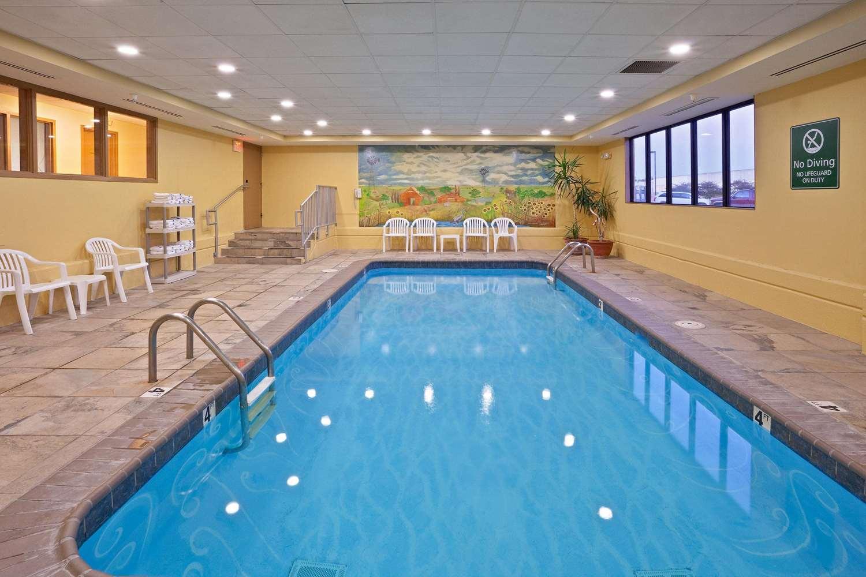 Pool - La Quinta Inn & Suites Salina