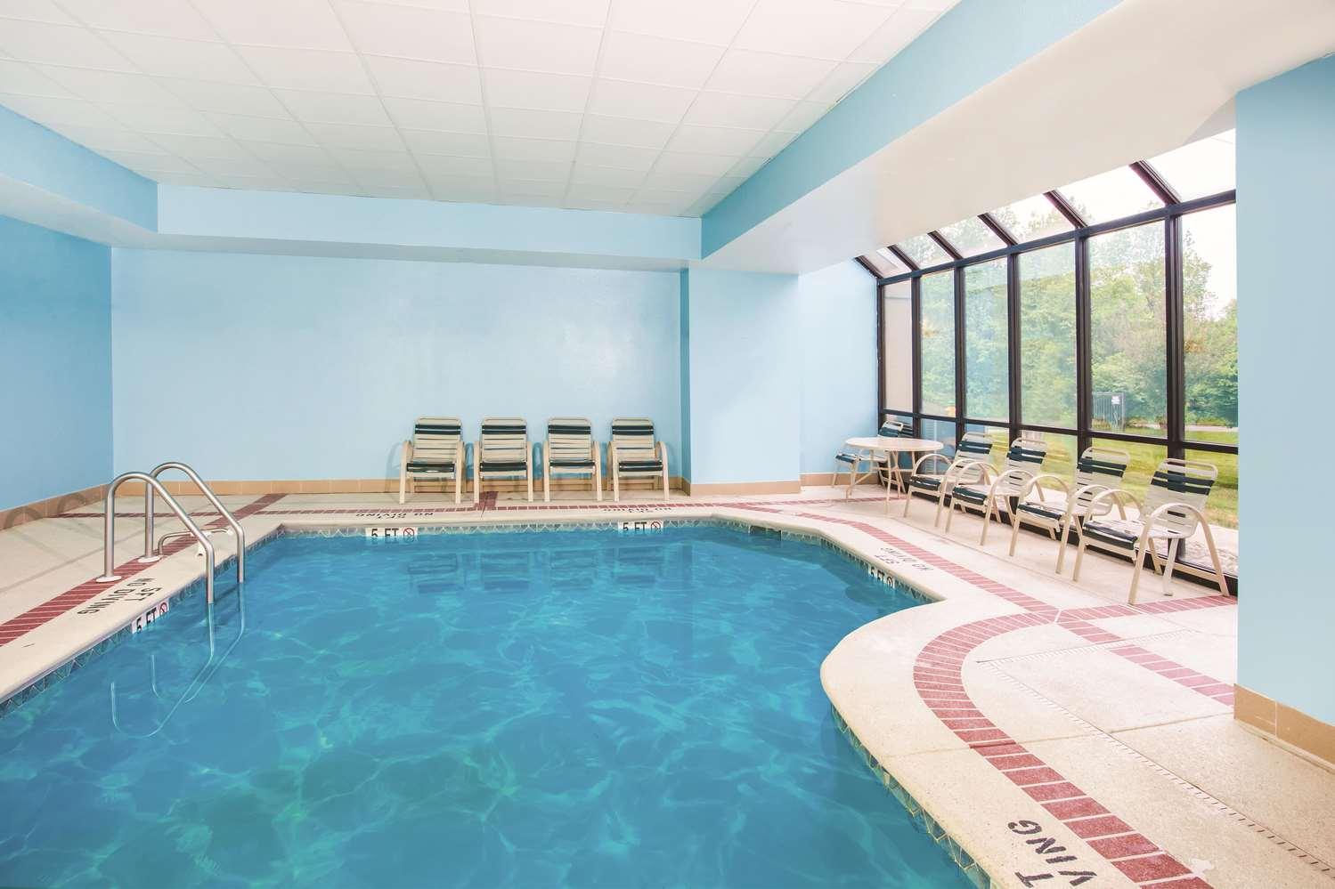 Pool - La Quinta Inn & Suites Elkton