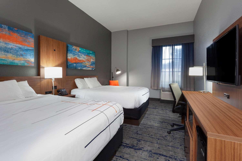 Room - La Quinta Inn & Suites St Petersburg