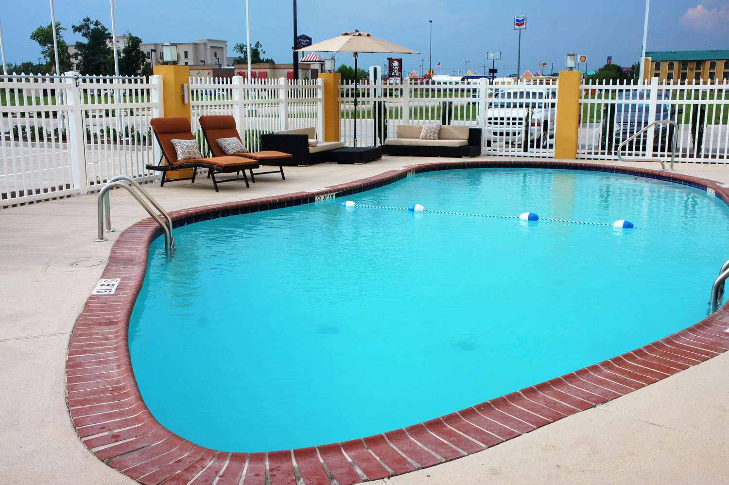 Pool - La Quinta Inn & Suites Gonzales