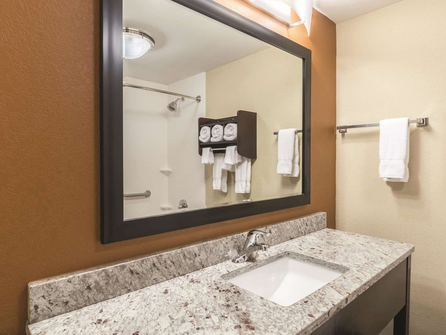 Room - La Quinta Inn & Suites Central Papermill Knoxville