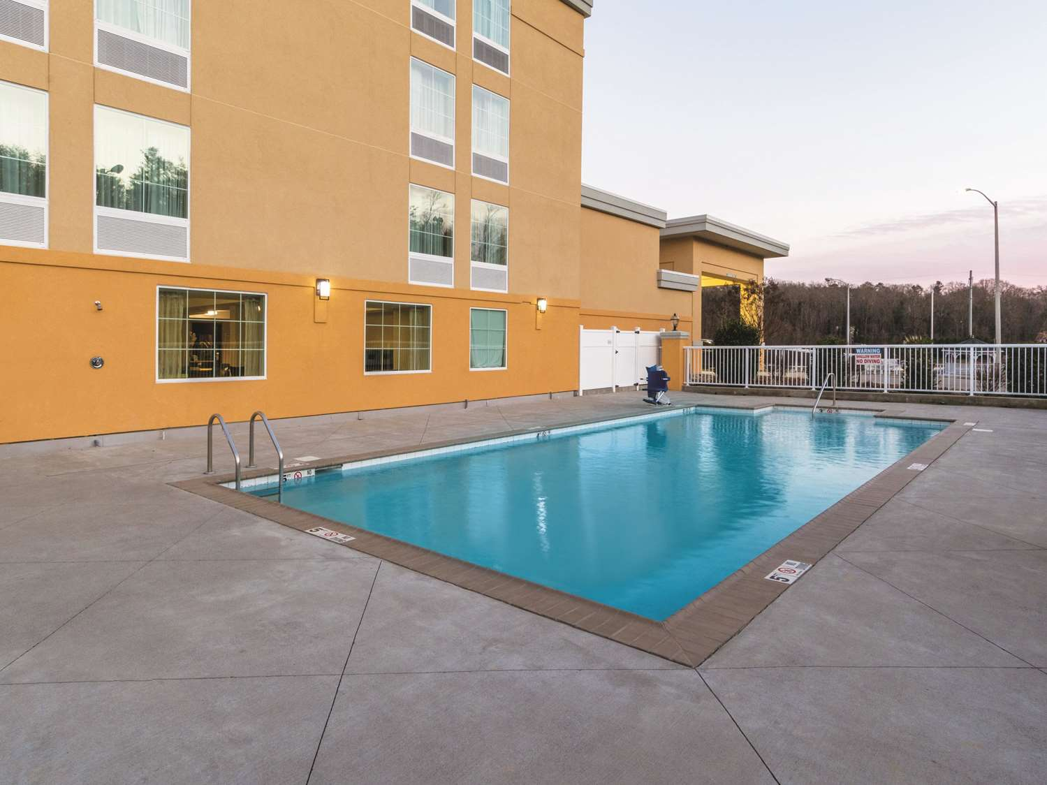 Pool - La Quinta Inn & Suites Central Papermill Knoxville