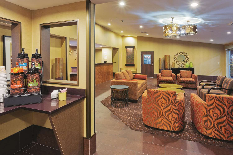Lobby - La Quinta Inn & Suites Tropicana Las Vegas