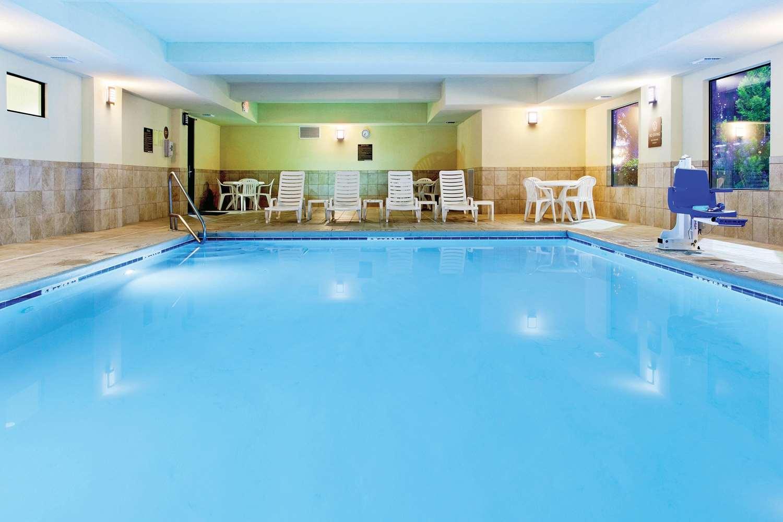 Pool - La Quinta Inn & Suites Warner Robins