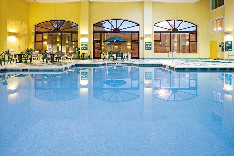Pool - La Quinta Inn & Suites Glendale