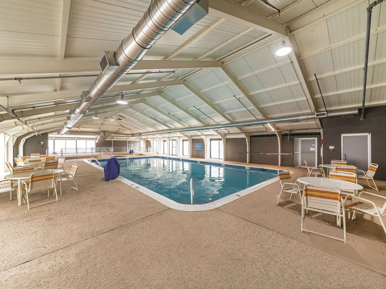 Pool - La Quinta Inn & Suites Fairfield