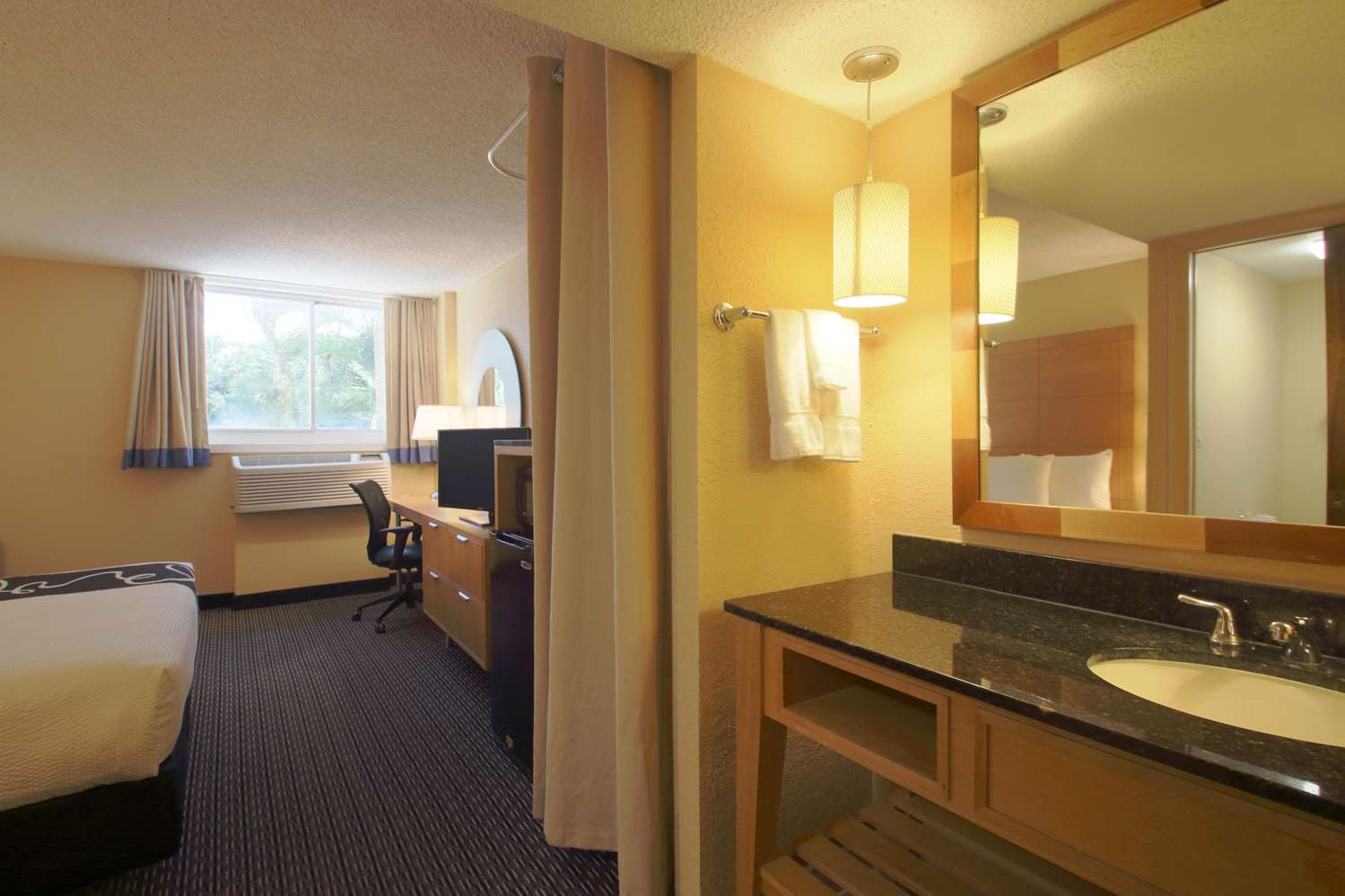 Room - La Quinta Inn & Suites Deerfield Beach