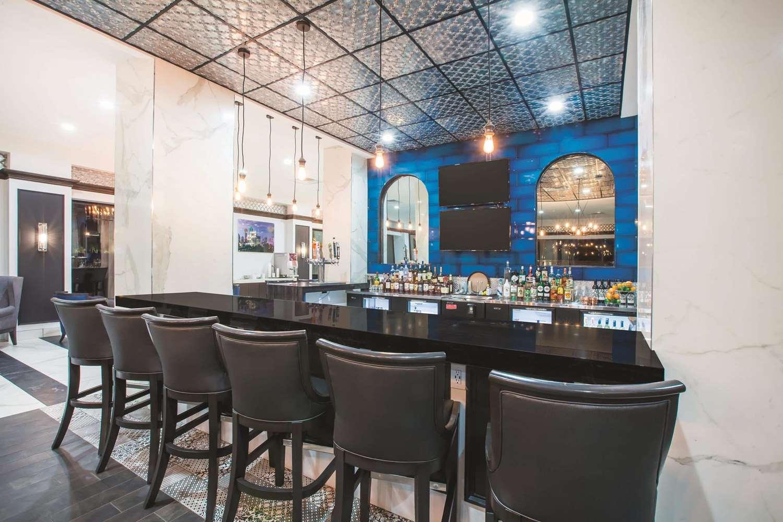 Bar - La Quinta Inn & Suites Downtown Dallas